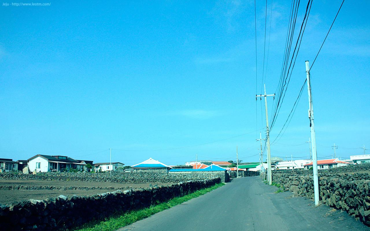 误了开船的点,还了车,又步行了一小段,看了看岛上的民居。屋顶都漆上红、蓝、绿的颜色,真是好看,不过,也好矮,不觉得憋屈么……