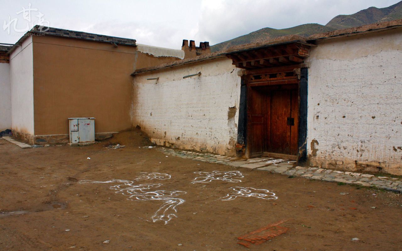 门口的祥云图案,有什么特别的含义吗?并不是每一间屋子前都有。