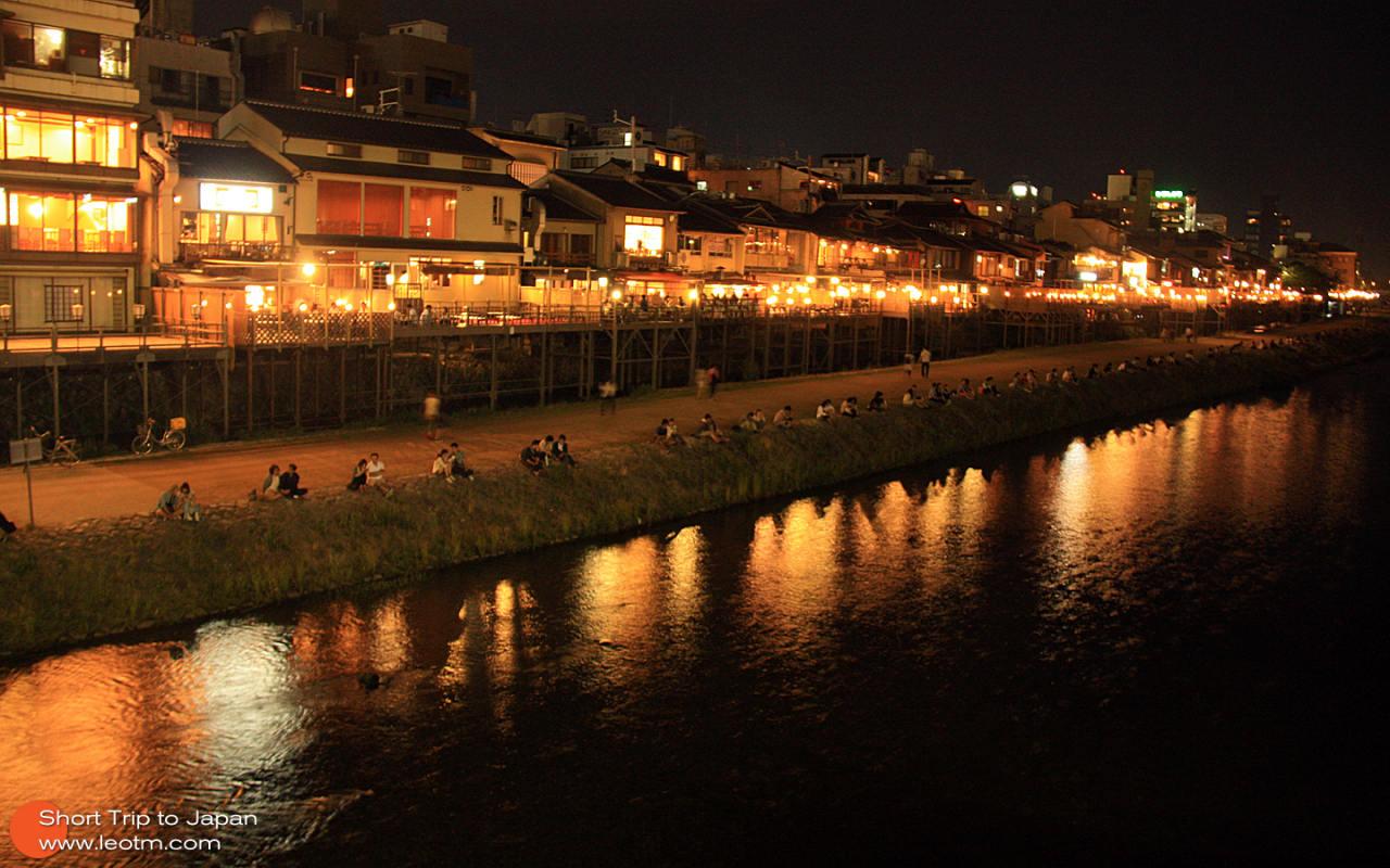 夜晚的鸭川也一样热闹