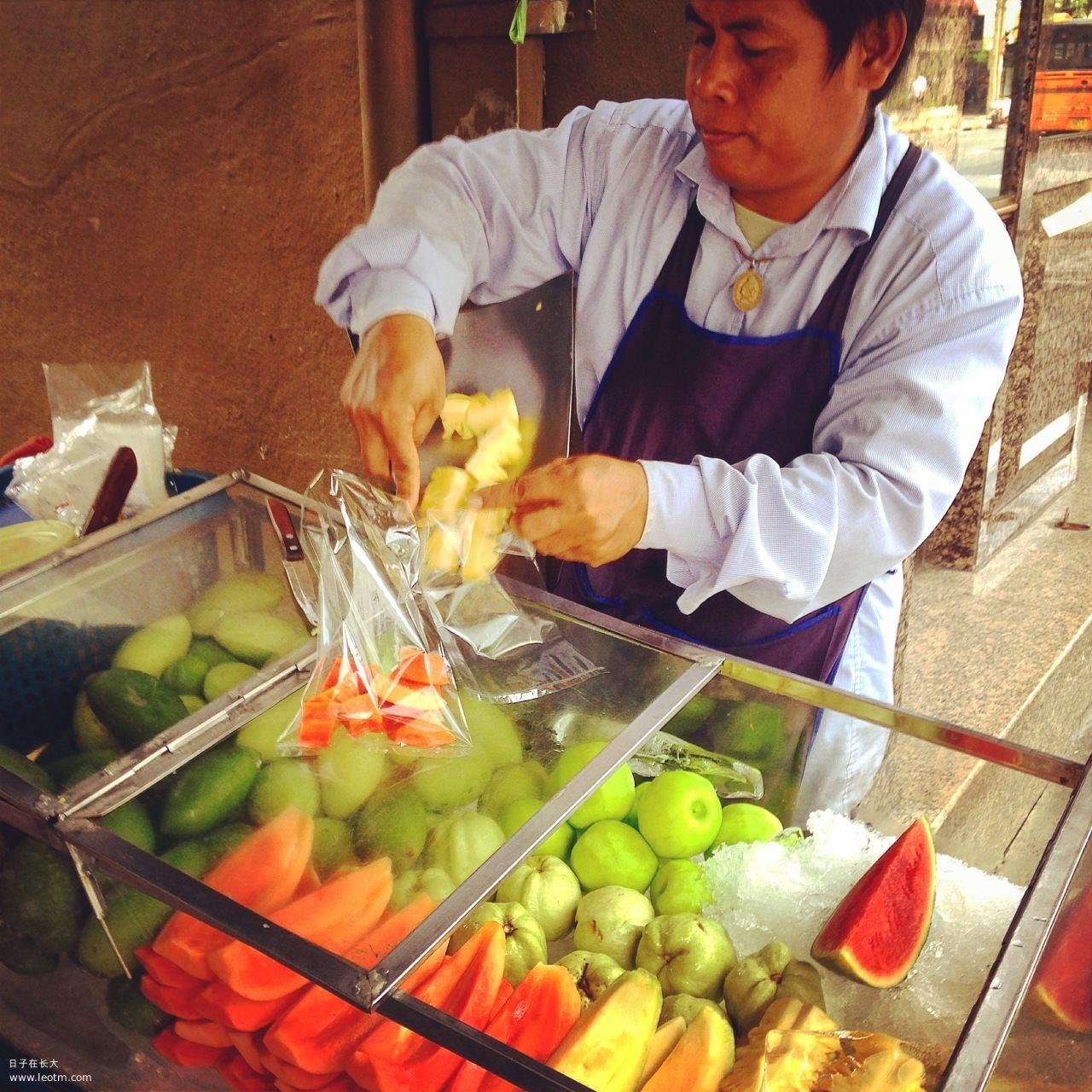 买水果的大叔,每种水果都是10泰铢一份