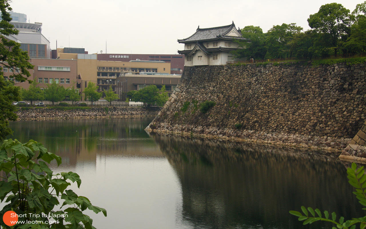 大阪城的角楼,跟故宫都角楼那是比不了。远处是著名都朝日经济新闻社