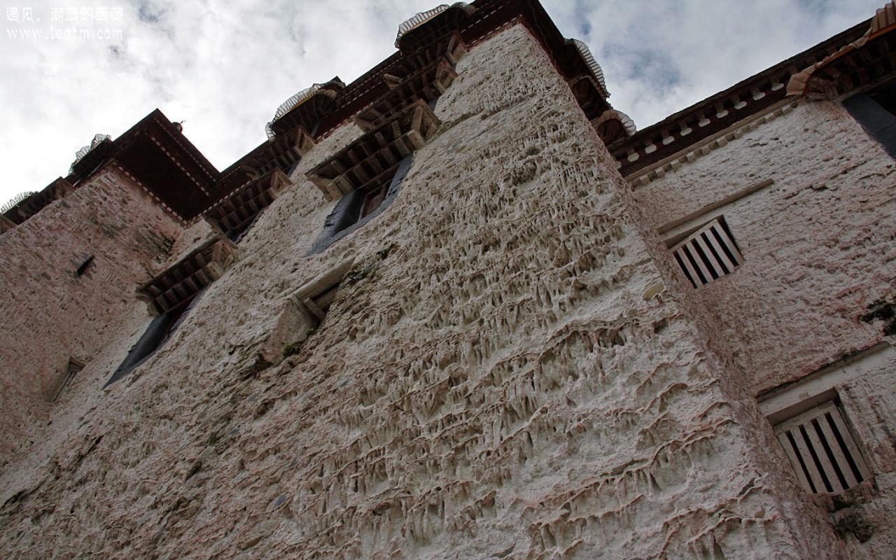 从这个角度看布宫的墙面……有点恐怖啊……