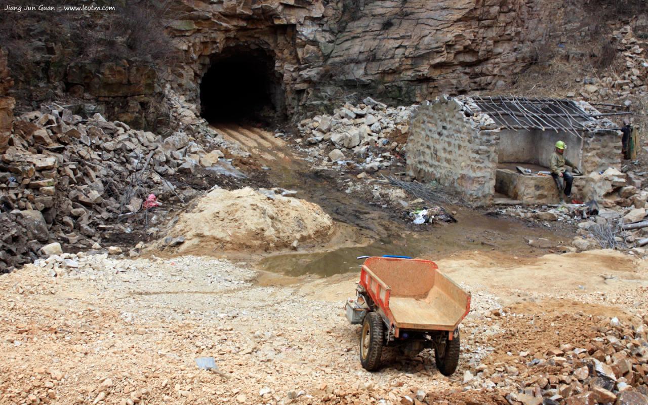 金矿的洞口。