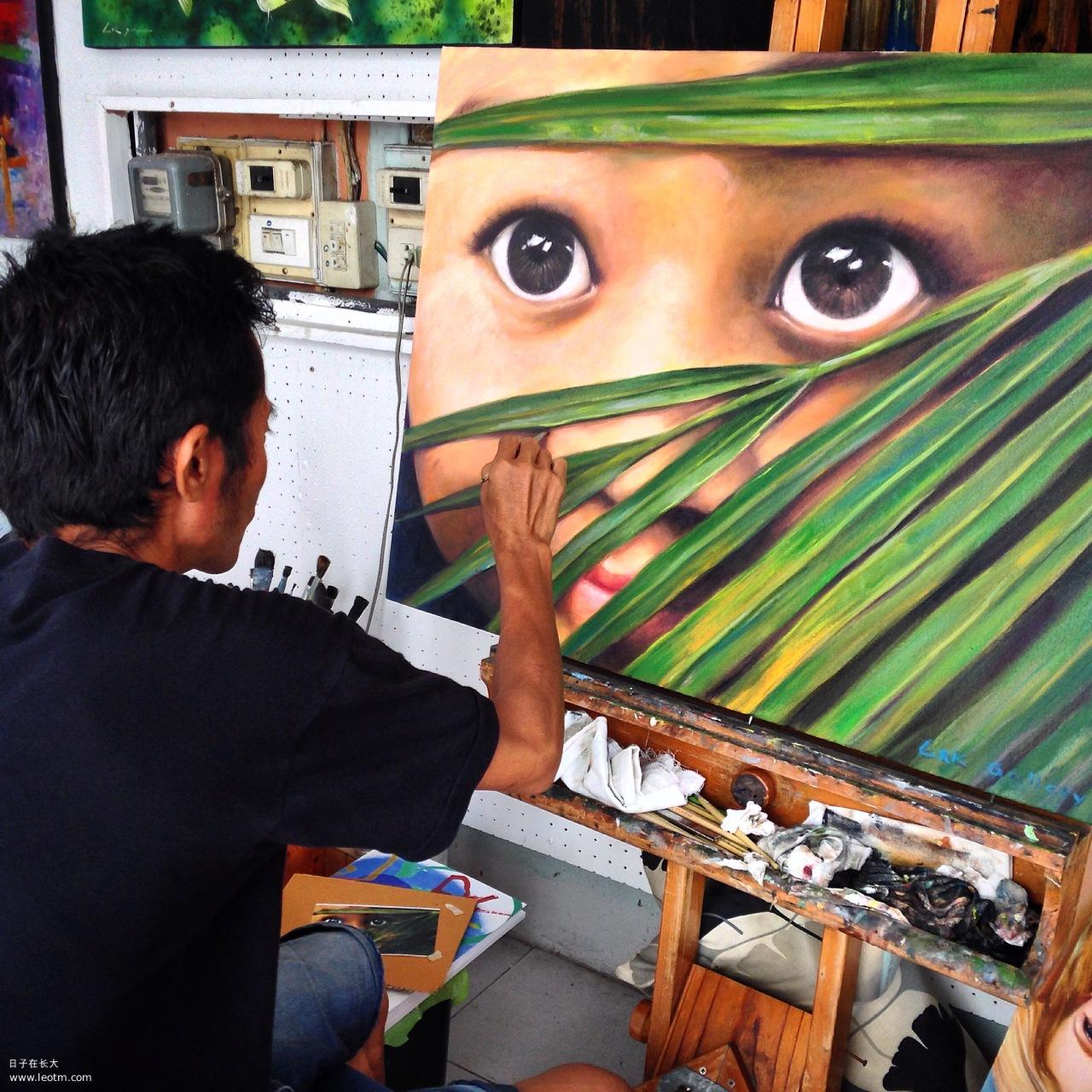 在一个以纹身为主的小巷子里,发现这个画家再完成他的化作,看这眼睛多美~