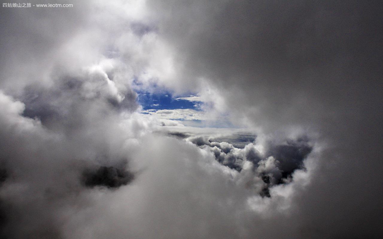 在夹金山中穿行,云彩从你的头顶变到你的身边,好像坐飞机的感觉。