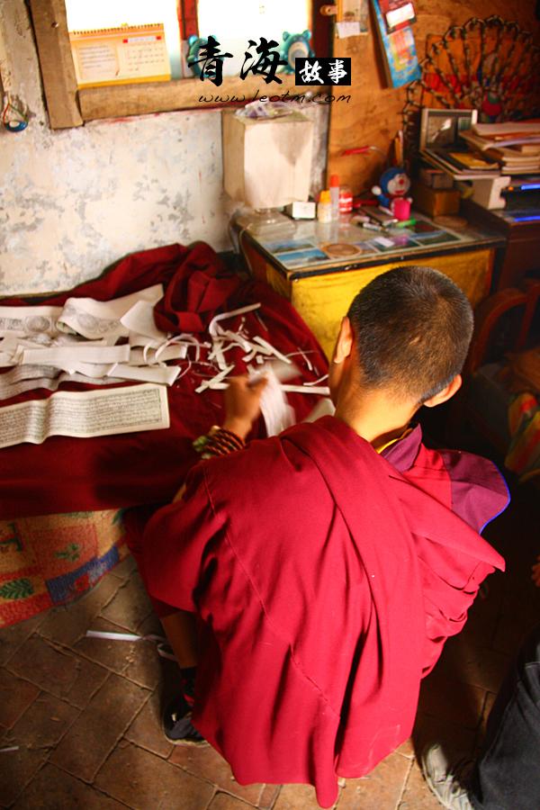 罗藏索南,16岁,说的一口标准的普通话。说是之前上学的时候是需要学习藏文和汉话的,后来就来寺庙里,跟着喇嘛们学习佛教了。他正在把经文剪开,那些经文印在一种薄薄的纸上,貌似是一式多份,所以他需要从中间剪开,估计最后在怎么装订成册吧。
