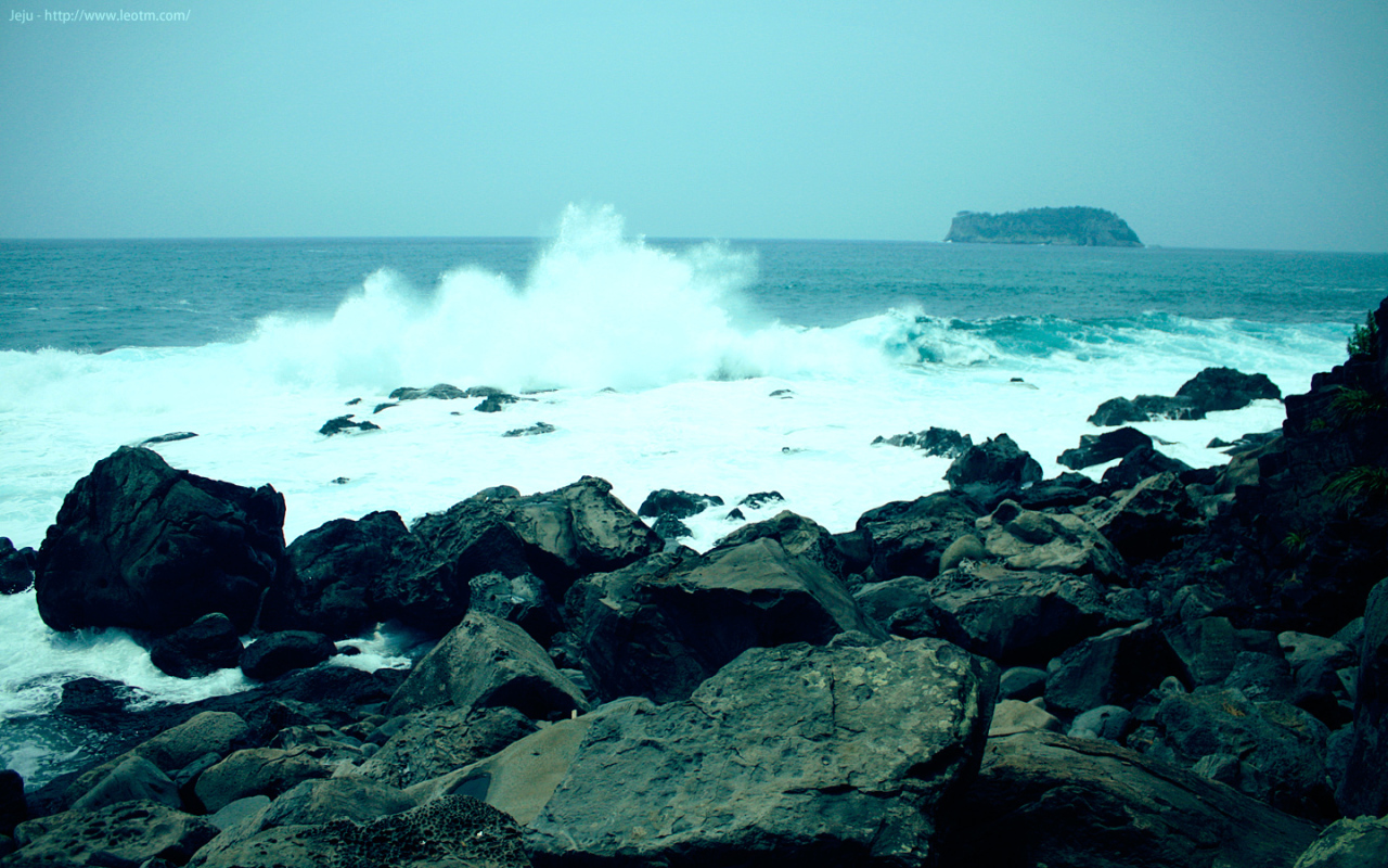 这一段是在海岸边的礁石上行走,海浪就在身边高高的拍起浪花,美死了!