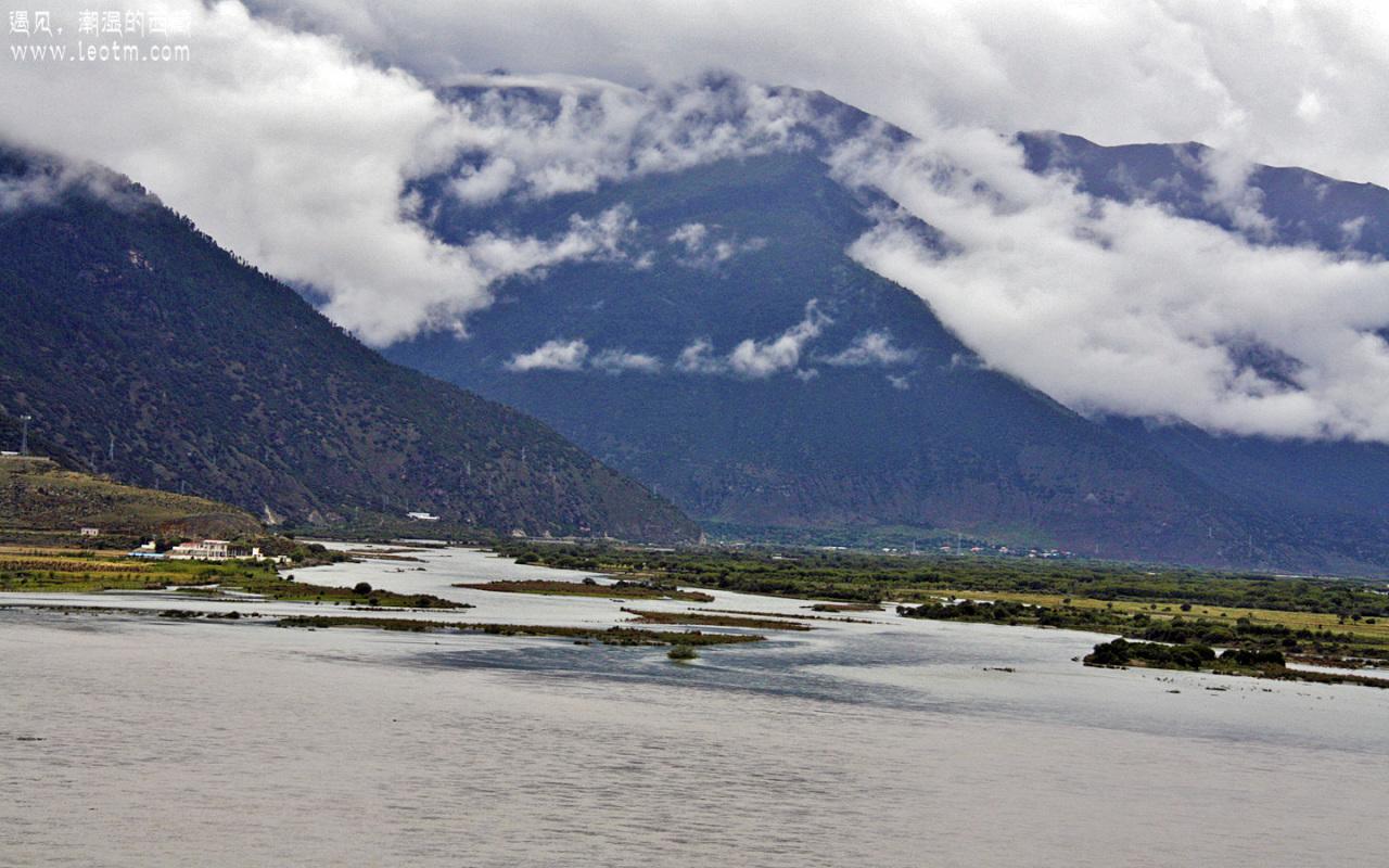 尼洋河与雅鲁藏布江汇合处