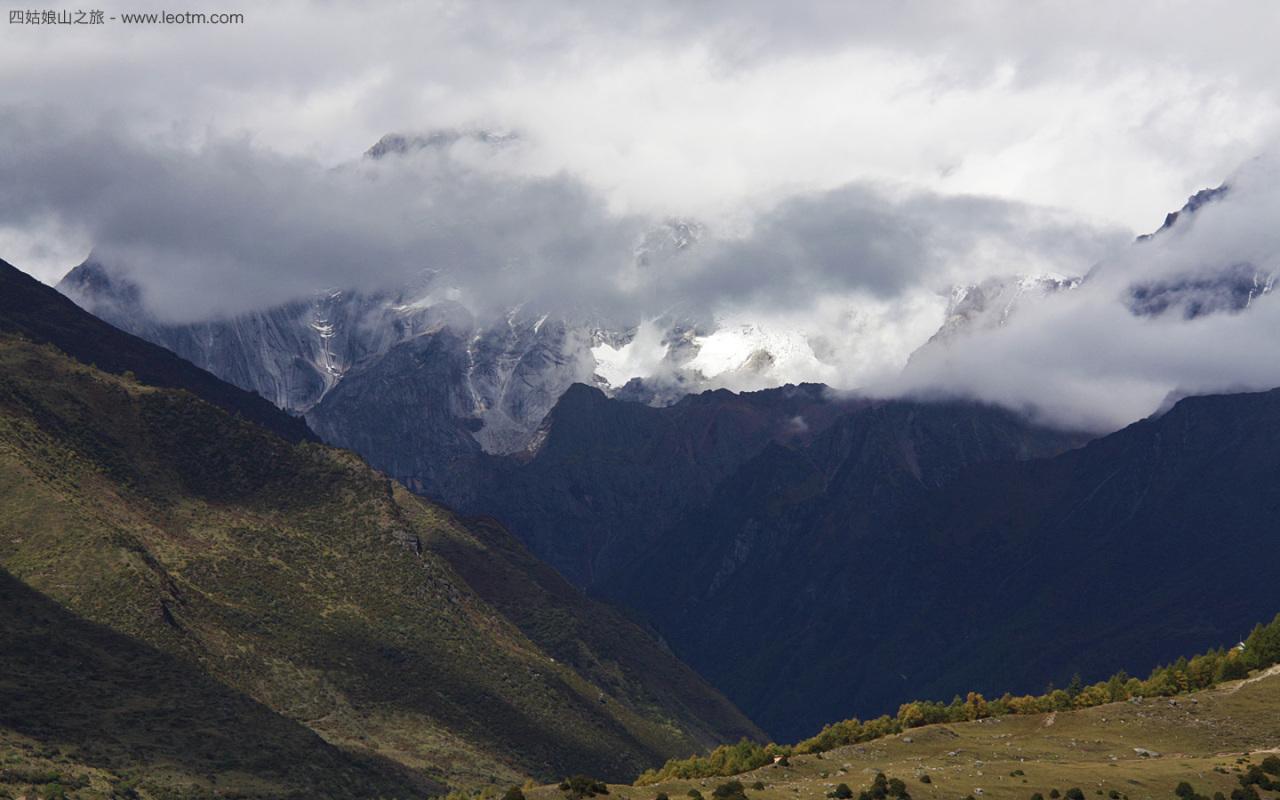 巴郎山上看雪山