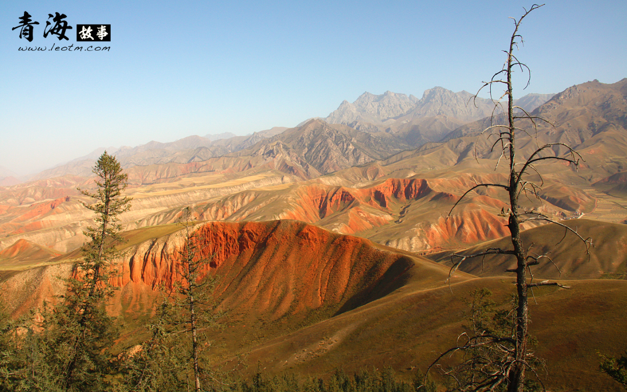 附近的山脉也是丹霞土