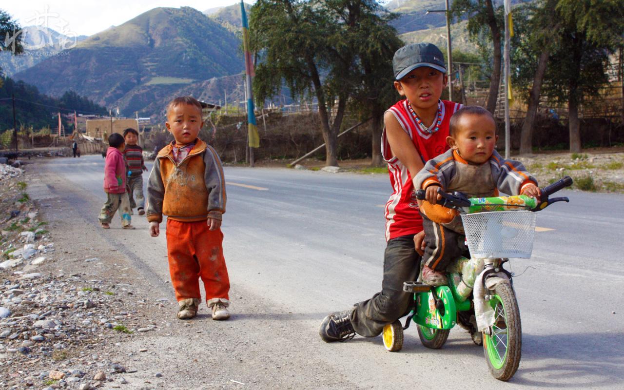 小孩子脸上的笑容是那么的好看。