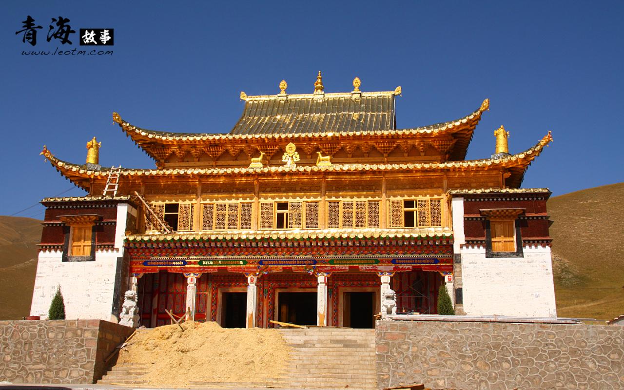 翻新中的阿柔大寺被锃亮的黄铜包裹起来,阳光下,那样的金灿灿,令人目眩般的光彩夺目。
