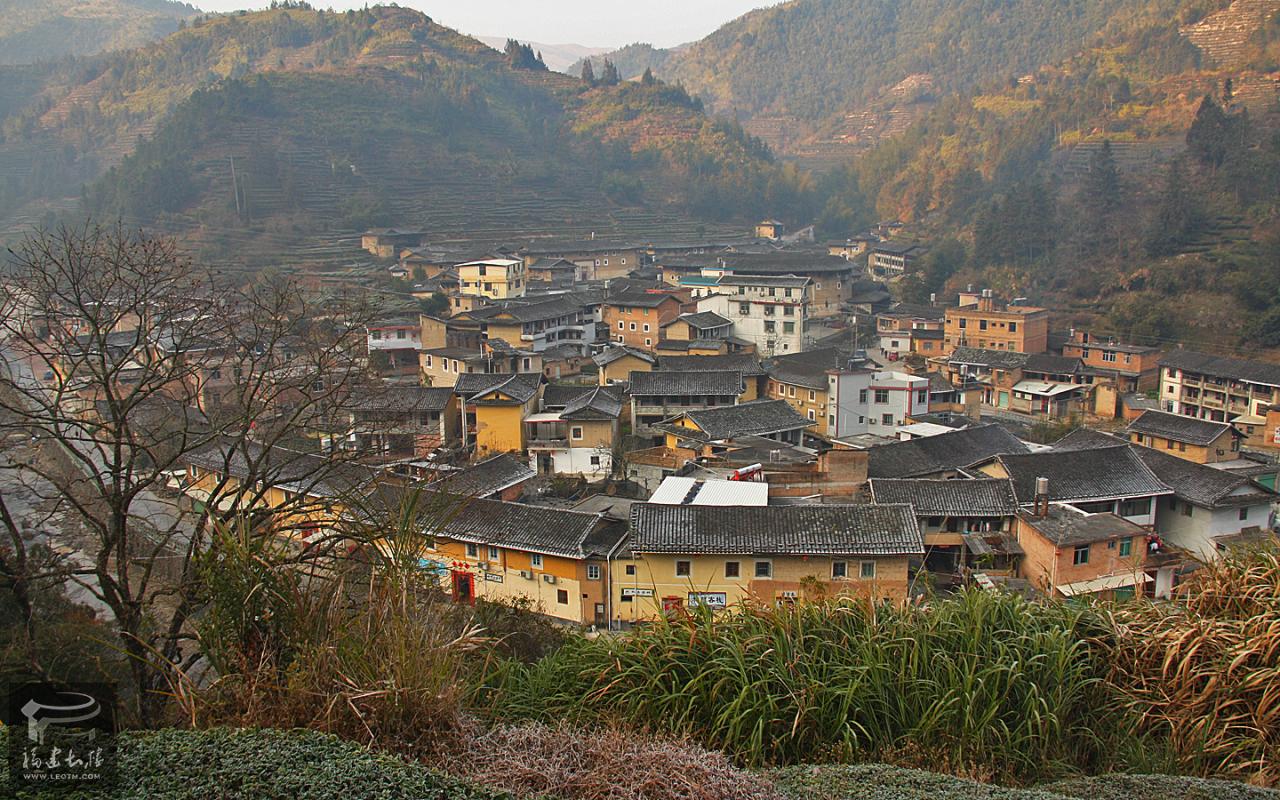 从山坡眺望整个村子