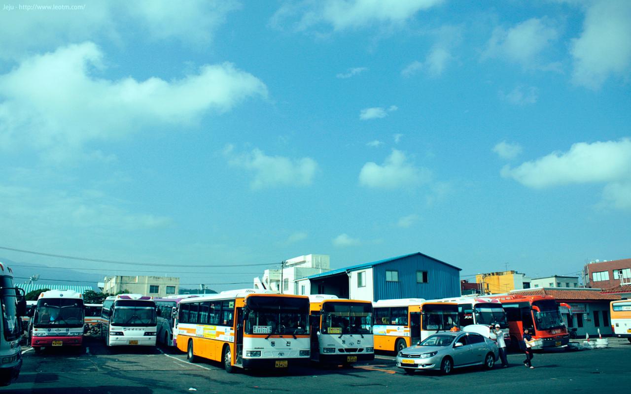 从济州市巴士客运中心搭乘长途大巴,3000韩元一人,直接到城山日出峰站下。