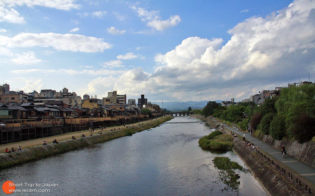 从奈良回到京都已是傍晚时分,鸭川旁边坐满了乘凉的人们