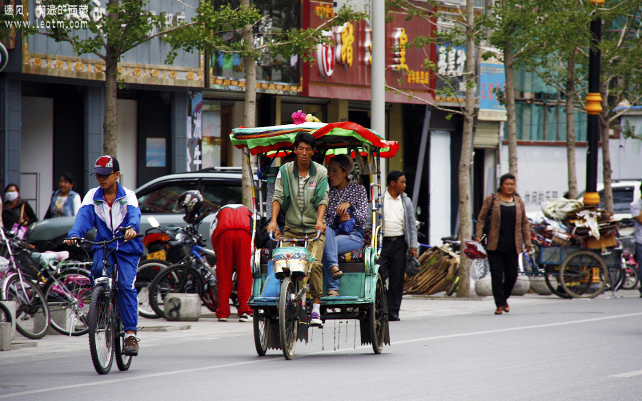 这些三轮车组成了拉萨繁忙交通的一部分