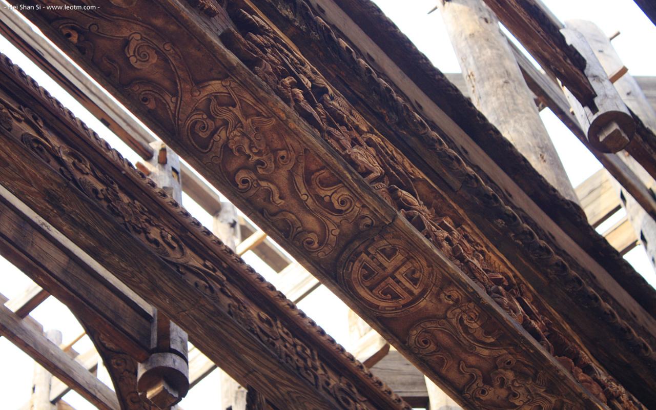 这是村东边的一间正在修复中的大殿,还保存有很多雕花的横梁,不知道修复以后会是什么样子。