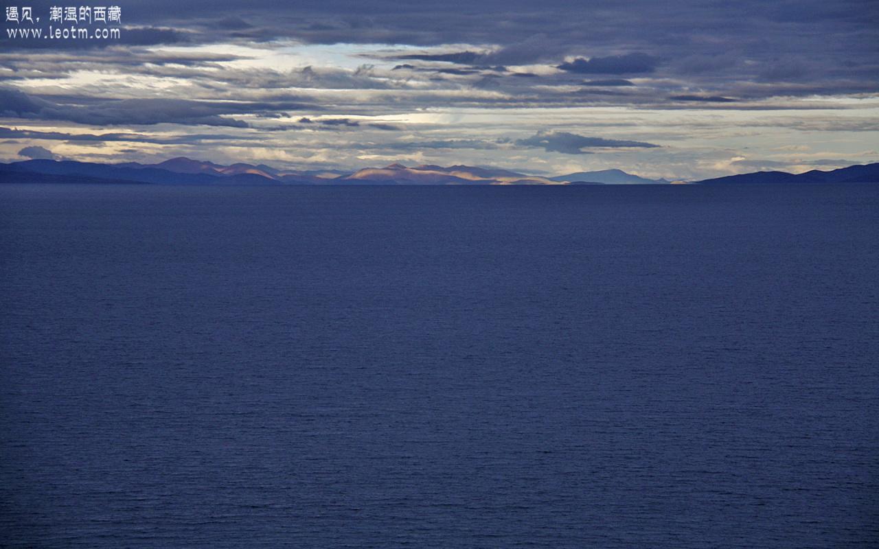 老实说,这张的色彩处理的有点过了,但实际上也是深蓝色的,宛如宝石一样漂亮。一直一直一直很诧异于为何那样厚重的云彩下边湖水还能显示出如此美妙的蓝色呢?
