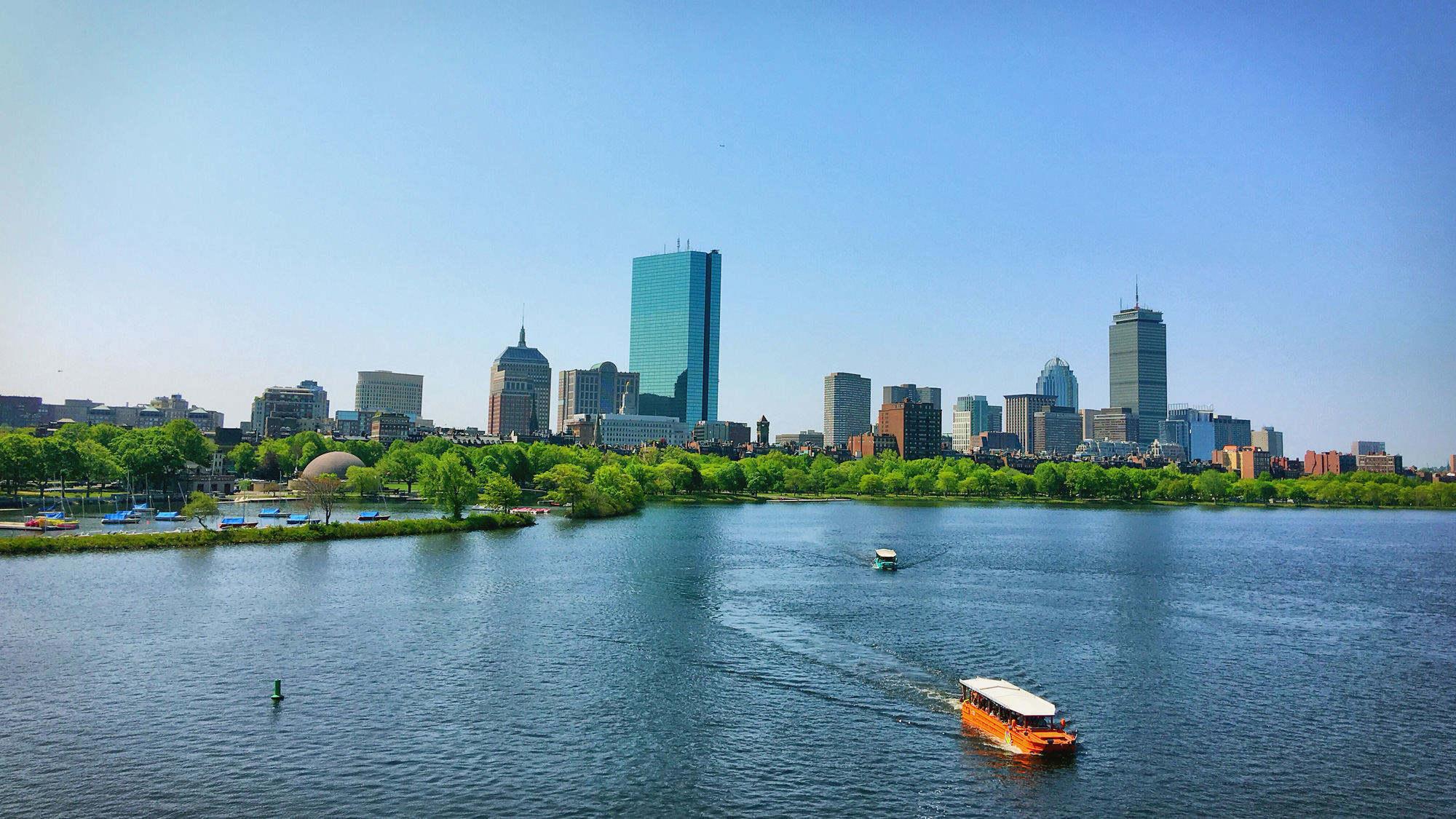 查尔斯河,对面是波士顿市区,最高的两座建筑分别是两大地标约翰汉考克大厦(John Hancoock Building)和普天寿大楼(Prudential Building)