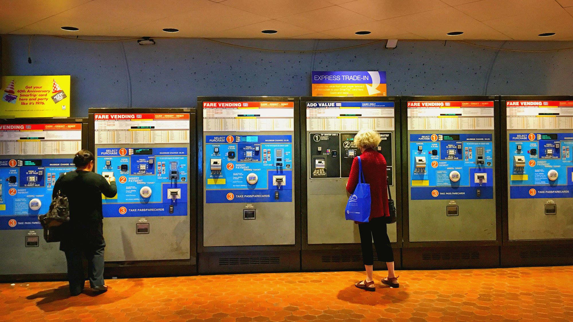 超级复杂的售票机,高高低低的台座适合不同身高的人,非常人性化的设计。等等,哪里不太对?