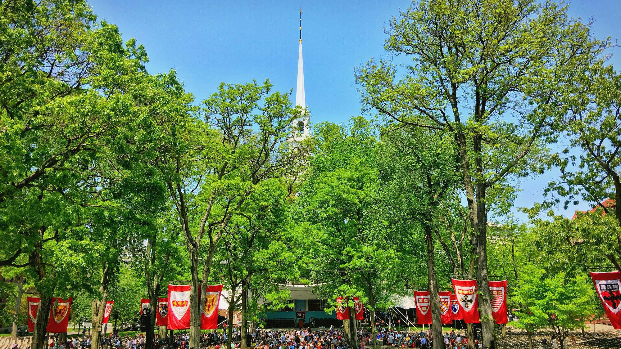 哈佛校园,等待参加毕业典礼的家长们