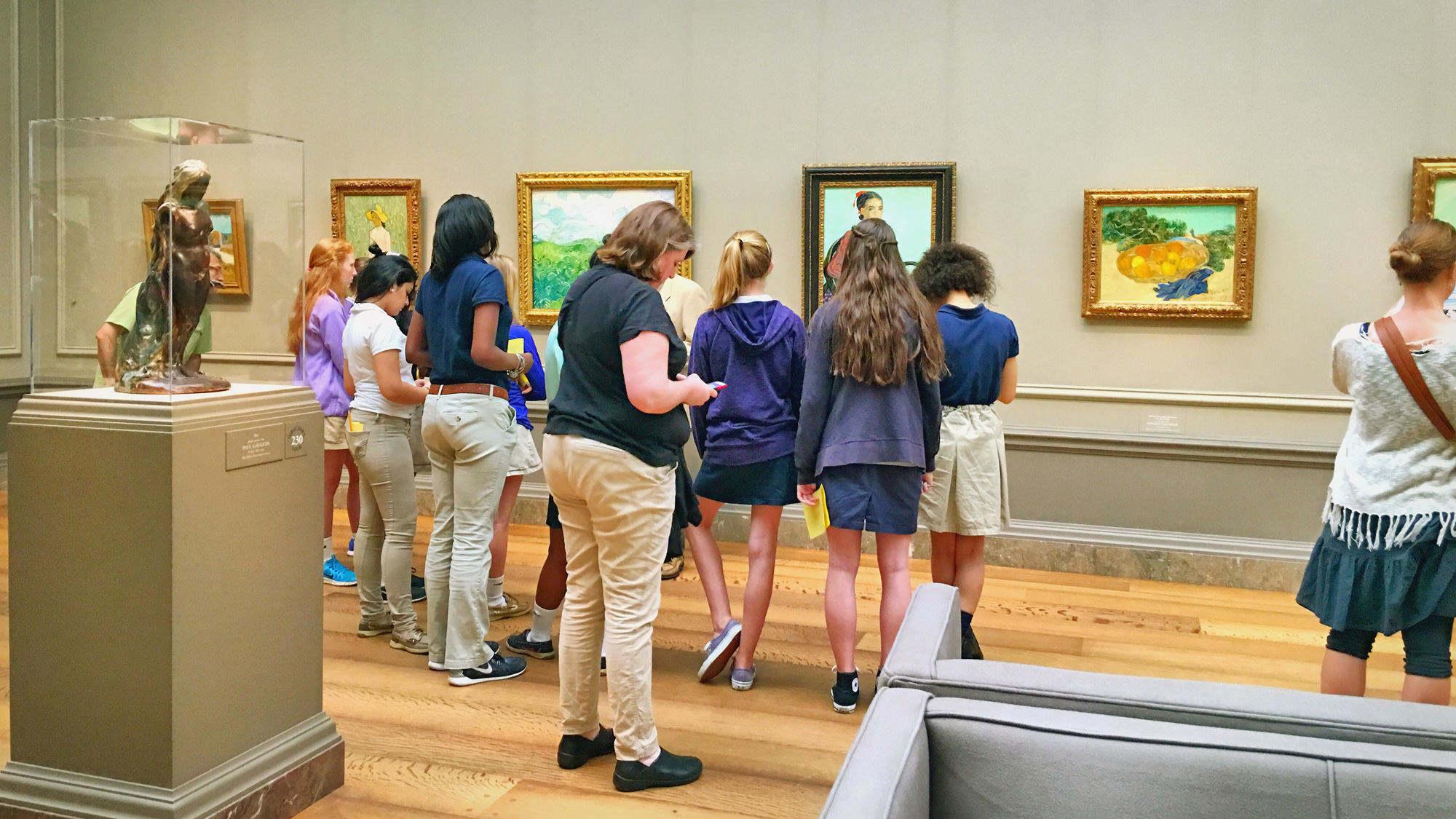 在国家艺术馆内学习的学生