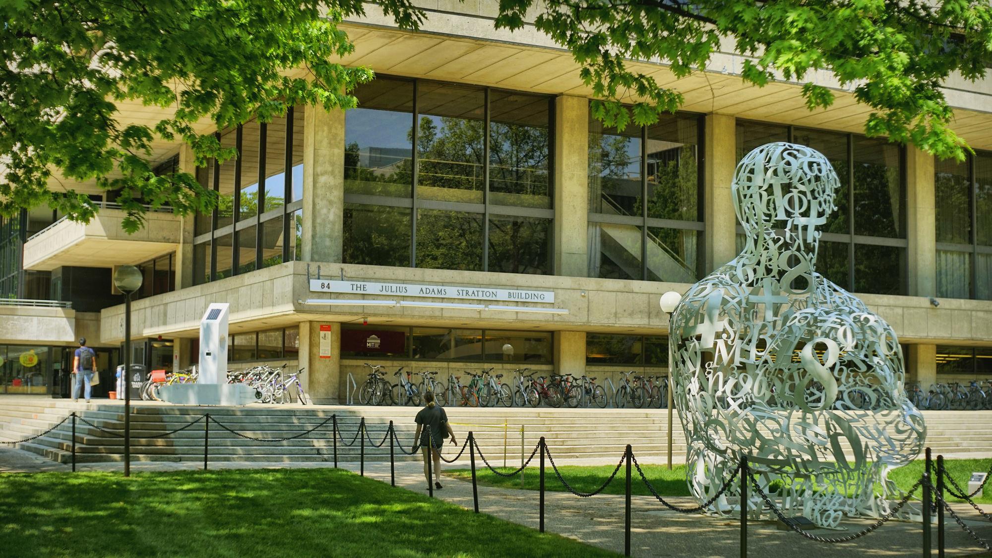 """麻省理工校园,雕塑名为""""The Alchemist"""", 是西班牙现代艺术家Jaume Plensa的作品"""