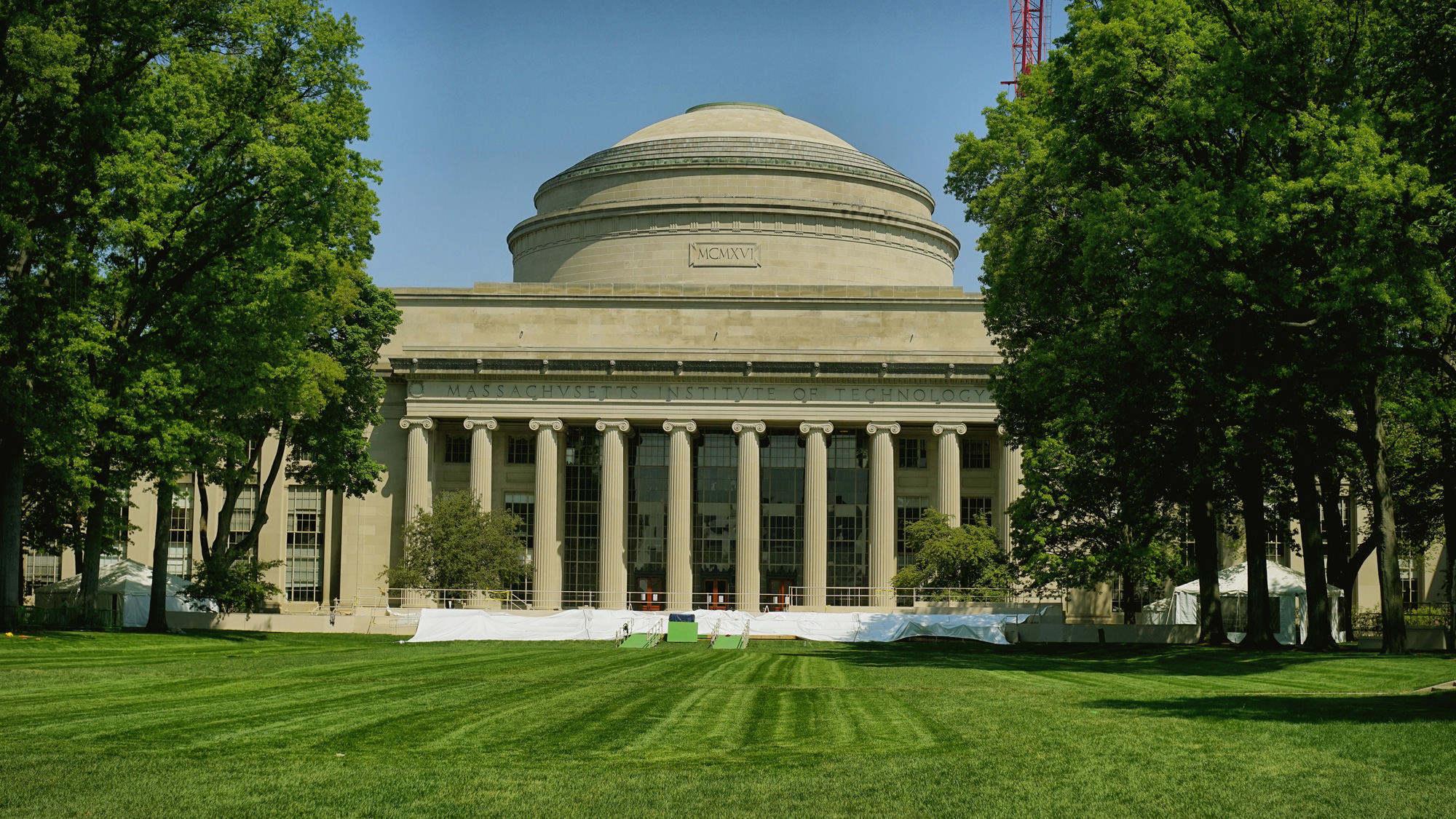 Killian Court(基连大草坪)是举行重大活动的地方。麦克劳伦大圆顶(Maclaurin Building and Great Dome)是麻省理工学院最具历史和代表性的一栋建筑,是麻省理工学院的象征。
