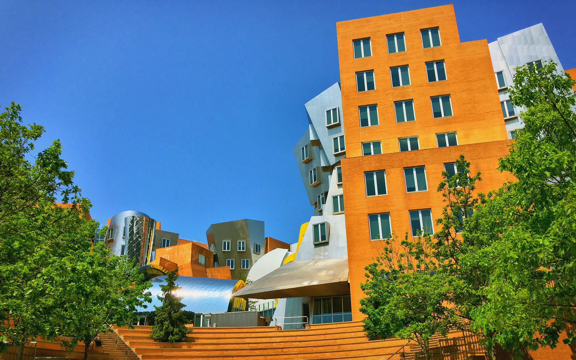 麻省理工学院的Stata Center,Building 32,由后现代主义建筑师Frank Gehry设计。设计师形容这栋楼是一堆喝醉的机器人一起狂欢庆祝的派对。