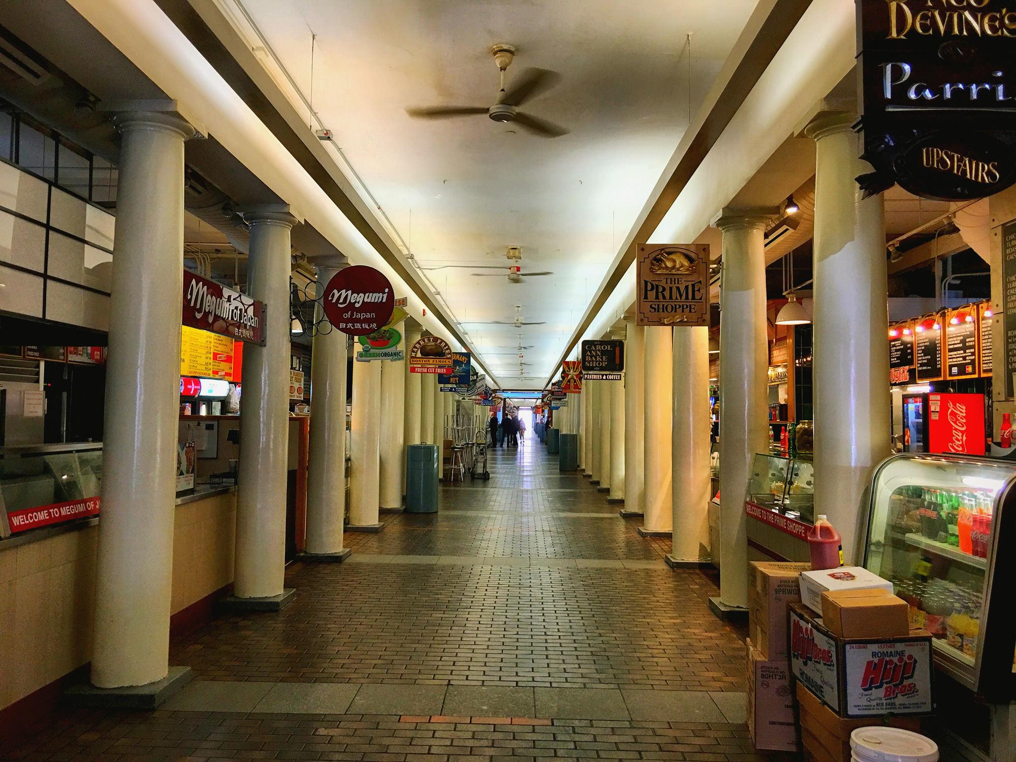 Quincy Market内部,时间尚早,大部分店铺还没有开始营业