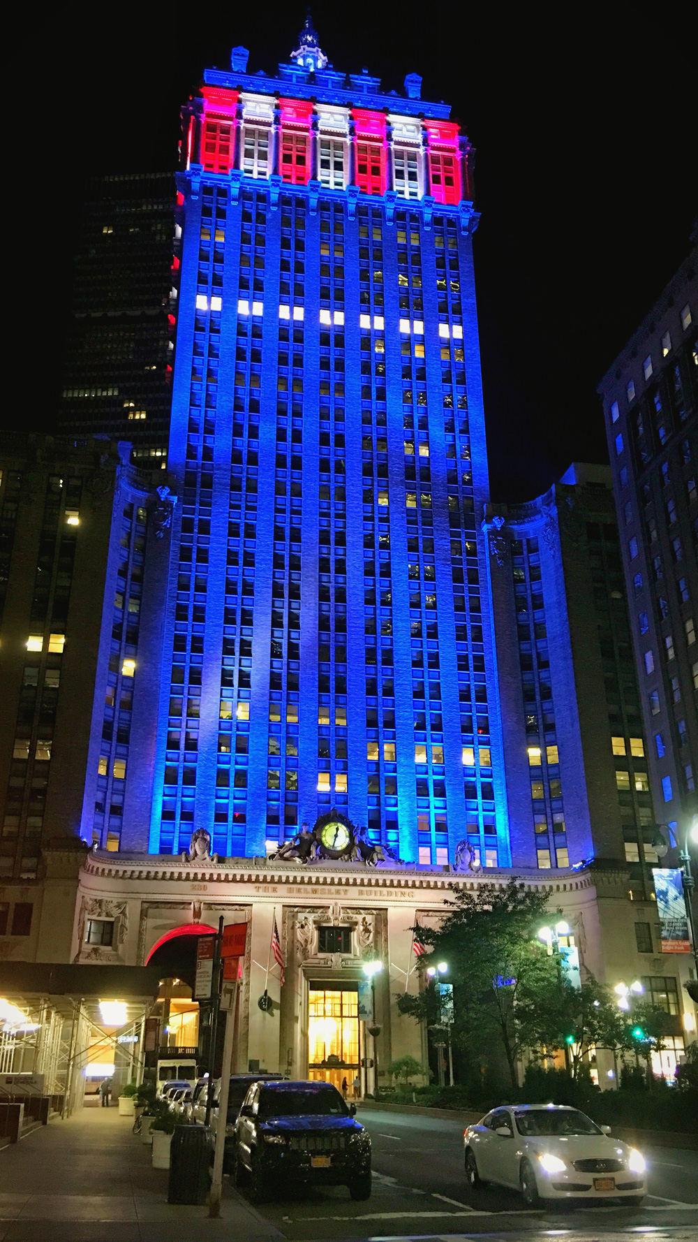 偶遇一栋以美国国旗灯光装饰的大楼